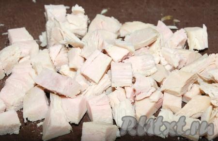 300 грамм филе индейки помыть, обсушить, натереть специями, солью, поместить в форму и запекать в духовке при температуре 200 градусов 30 минут. Запеченное мясо нарезать небольшими кубиками.