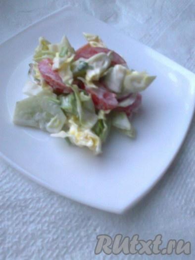 Подавать летний овощной салат с мацони можно порционно.