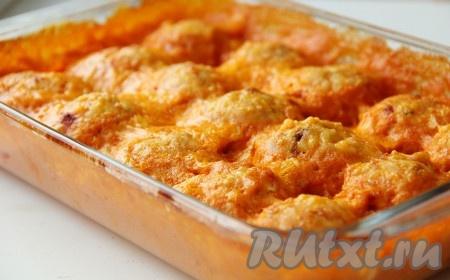 Запекать тефтели с рисом и подливкой 30 минут при температуре 180-200 градусов.