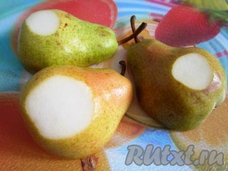 С тыльной стороны каждой половинки груши сделайте надрезы, чтобы фрукты были устойчивы в форме для запекания.