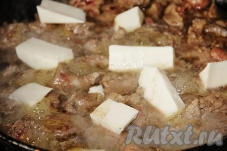 В куриную печень добавить 75 грамм воды и тушить под крышкой до готовности. Добавить плавленные сырки, дать им расплавиться.