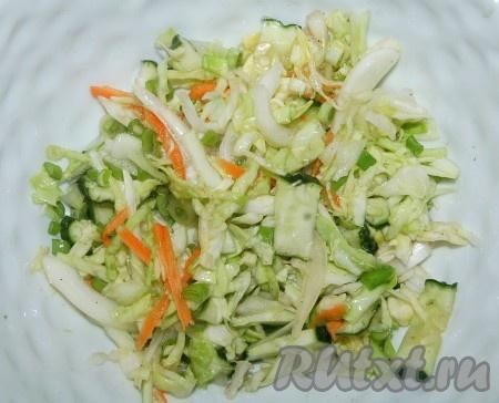 Добавить растительное масло, лимонный сок, перемешать и салат готов.