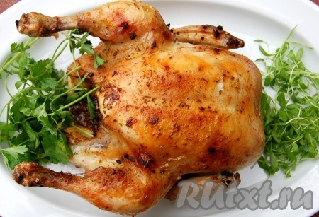 Цыпленок готовится быстрее обычной курицы, поэтому через 35 минут можно смело доставать его из духовки. Переложить на блюдо, добавить зелени и подавать на стол.