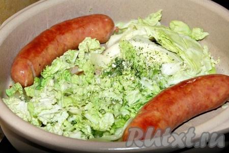 Затем добавить крупно нарезанную капусту. Посолить, поперчить, добавить специи.