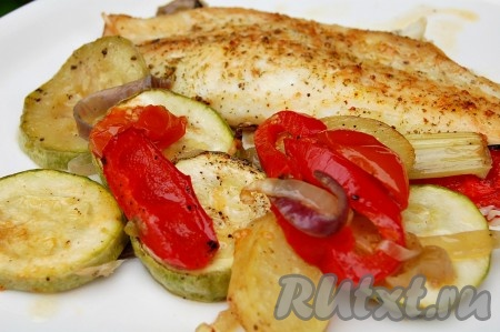 Переложить на тарелку вкусную приготовленную камбалу с овощами и подавать на стол.