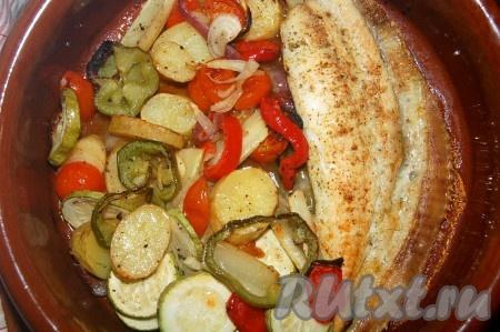 Затем вытащить форму с камбалой и овощами из духовки.