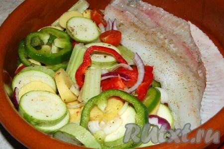 Подготовленное филе камбалы и овощи уложить в форму для запекания. Полить все растительным маслом, а камбалу дополнительно полить лимонным соком.