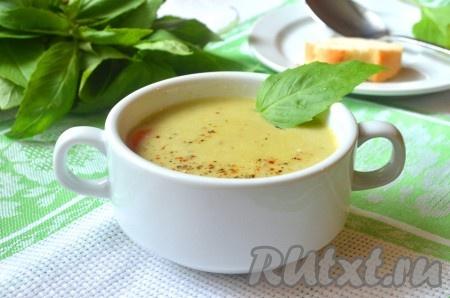 При подаче добавить в овощной крем-суп смесь перцев и зелень по вкусу. Также Вы можете приготовить к супу сухарики или подать его со свежим хлебом.