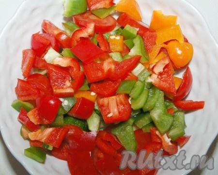 Сладкий перец нарезать некрупными кусочками и выложить в миску. Я использовала перец разного цвета.