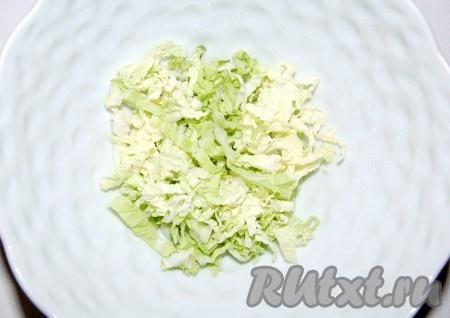Сначала нарезать листовой салат.