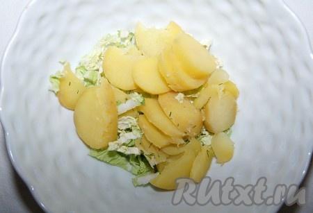 Картошку отварить, остудить и нарезать круглыми дольками, добавить в миску.