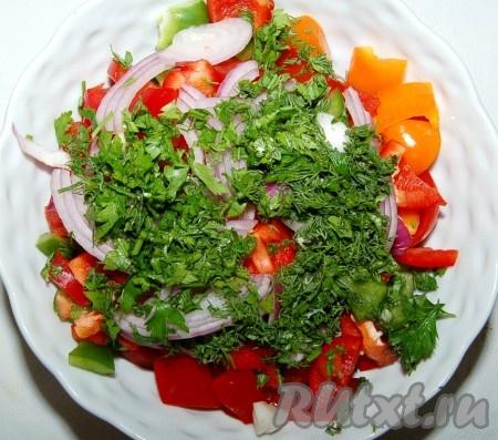 Зелень мелко нарезать и выложить поверх салата. Посолить, поперчить, добавить оливковое масло, перемешать и салат  готов.