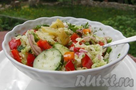 Вкуснейший, полезнейший и сытный летний салат с молодым картофелем готов.