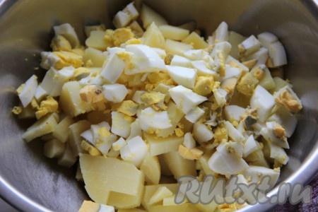 Яйца отварить и измельчить, добавить к картофелю.