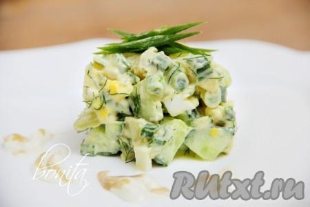 Хорошенько перемешать вкусный, сытный салат с картофелем и свежим огурцом, по необходимости добавить соль и перец.