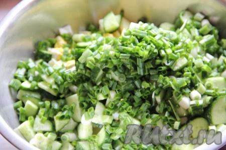 Укроп и зеленый лук мелко нашинковать, добавить к салату с картофелем и свежим огурцом. Майонез смешать с горчицей и заправить салат.
