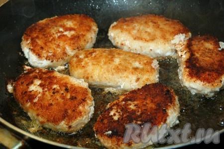 Обжаривать котлеты с двух сторон до красивой корочки, затем накрыть сковороду крышкой и уменьшить огонек.