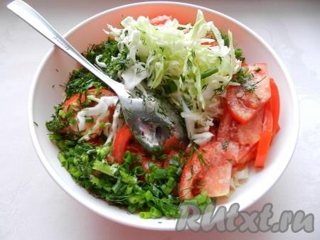 Смешать все ингредиенты, добавить по вкусу соль и перец. Заправить салат сметаной, хорошо перемешать.