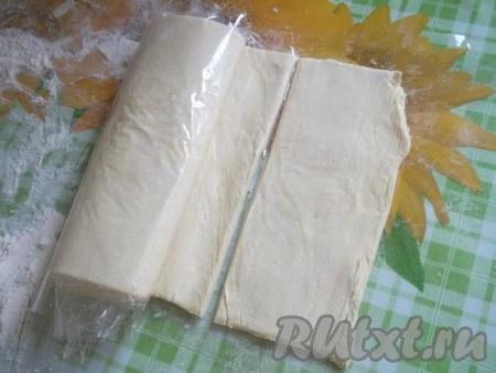 Не очень тонко раскатываем тесто на поверхности, присыпанной мукой, и нарезаем прямоугольниками небольшого размера.