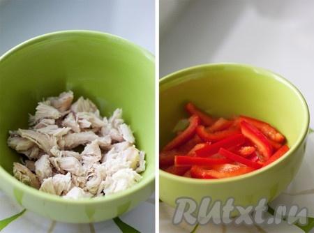 """Все ингредиенты кладутся на глаз, по вкусу. Салат """"Особый"""" выкладывается слоями и каждый слой промазывается майонезом. Первый слой - отварная курица, нарезанная небольшими кусочками. Второй слой - перец, нарезанный полосками."""