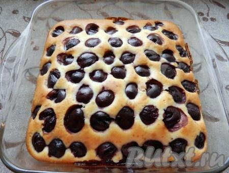Готовый пирог немного остудить, посыпать сахарной пудрой, нарезать и подавать.