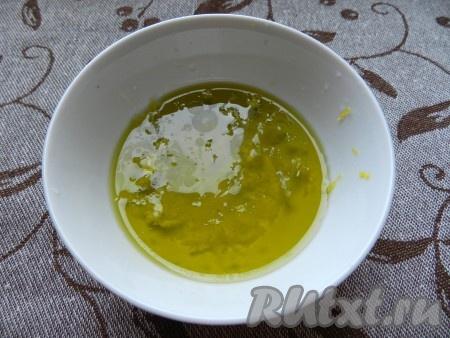 Чеснок пропустить через пресс. С лимона снять цедру и выдавить сок. Смешать все с  солью и перцем, добавить оливковое масло. Хорошо растереть заправку до однородности.