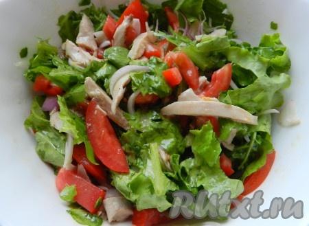 Заправить салат, перемешать. Перед подачей добавить пшеничные сухарики.