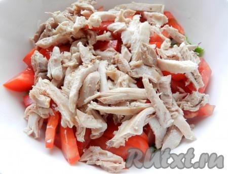 Куриное мясо нарезать или разделить руками.