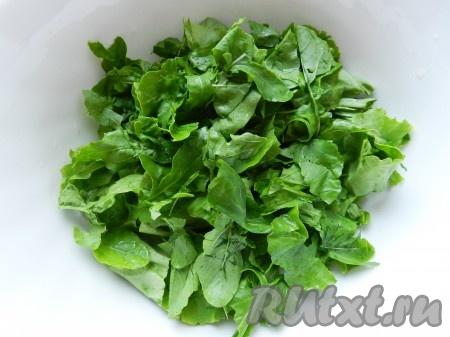 Листья салата и руколы вымыть, обсушить и нарвать руками в салатник.