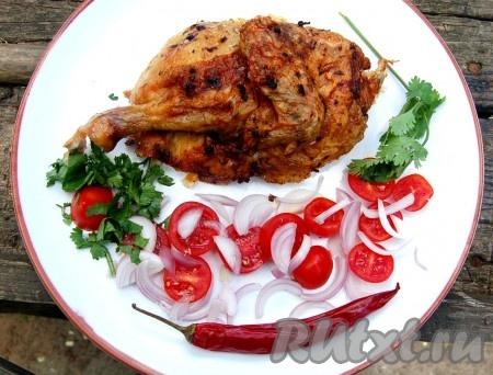 Готовую куру гриль, приготовленную в духовке, разрезать на порции и добавить гарнир. В качестве гарнира могут использоваться любые свежие овощи. Также отдельно можно подать томатный соус.