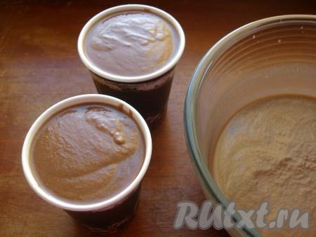 Для замораживания и подачи мороженого удобно использовать одноразовые картонные стаканчики.