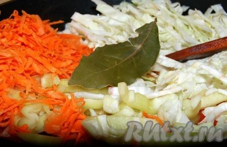Все овощи сложить в сотейник, добавить растительное масло, соль, перец, лавровый лист, специи.