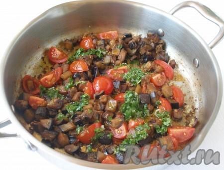 В сковороду к баклажанам добавить помидоры, обжарить все вместе 1 минуту. Убрать с огня, заправить закуску заправкой и перемешать.