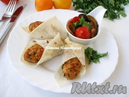 Аппетитные кебабы, приготовленные в аэрогриле, завернуть в лаваш и подавать на стол.