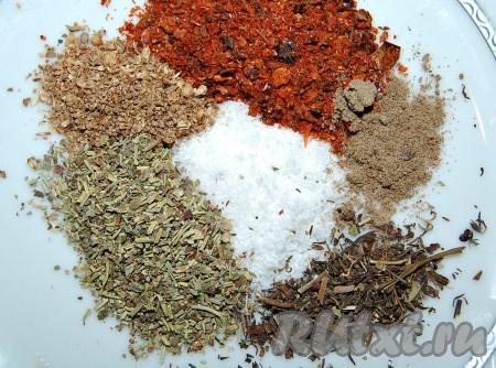Приготовить специи по вкусу. Я использовала аджику сухую, перец черный, чабрец сушеный, французские травы сушеные, кориандр сушеный, соль.
