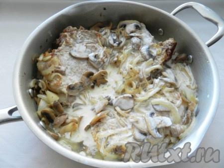 Сметану развести водой (примерно 0,5 стакана воды), залить свинину с шампиньонами и поставить тушиться на медленном огне около 45-50 минут  до готовности мяса.
