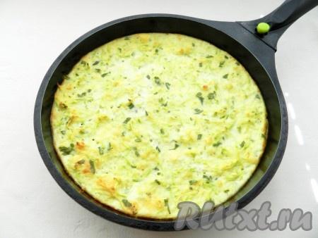 Выпекать запеканку из кабачков и сыра в разогретой до 200 градусов духовке в течение 30-35 минут.