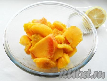 Персики вымыть, очистить от кожуры, удалить косточки. Разрезать на небольшие кусочки и полить соком лимона.