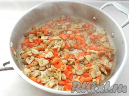 Болгарский перец нарезать кубиками и обжарить вместе с грибами и луком, чтобы перец стал мягким. Посолить и поперчить в процессе обжаривания. Убрать сковороду с огня,  начинка должна остыть.