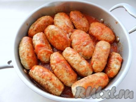 В сковороду с соусом выложить гречаники, накрыть крышкой и довести до готовности на небольшом огне в течение 20-25 минут.