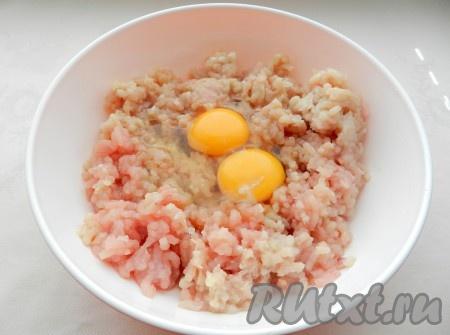 Добавить в фарш яйца, соль и перец по вкусу, тщательно вымесить.