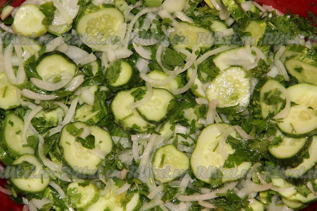 Как сделать салат из огурцов нежинский