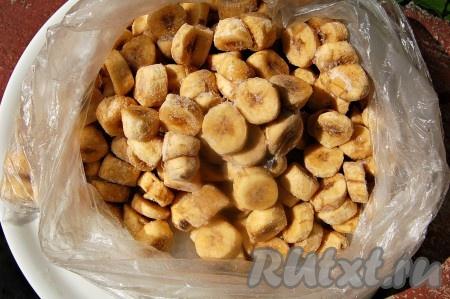 Через несколько часов бананы заморозятся и их можно будет ссыпать в один мешок. Брать по мере необходимости.