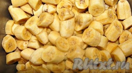 Нарезать бананы тонкими кружочками.