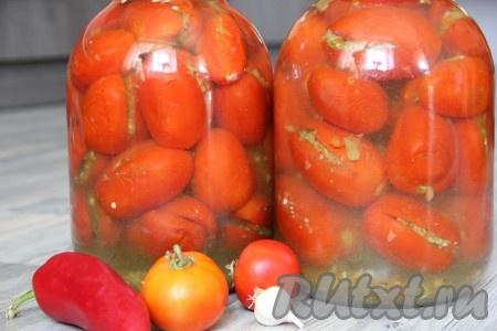 Для приготовления маринада смешиваем все ингредиенты: воду, уксус, соль и сахар. Доводим до кипения и заливаем горячим маринадом наши помидоры. Банки с помидорами и маринадом стерилизуем 15 минут, закатываем ключом и укутываем в теплое одеяло. Наши остренькие фаршированные помидоры будут радовать нас зимой своим прекрасным вкусом.