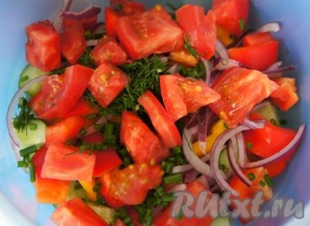 Добавить крупно нарезанные кубиком помидоры и мелко нарезанный укроп.