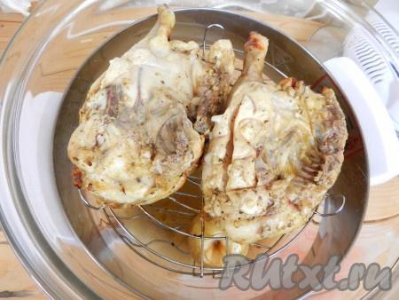 По истечении времени перевернуть курицу другой стороной и готовить в аэрогриле еще 20 минут при той же температуре. Чтобы определить готовность куриного мяса, проткните курицу острым ножом. Вытекающий сок должен быть прозрачным.