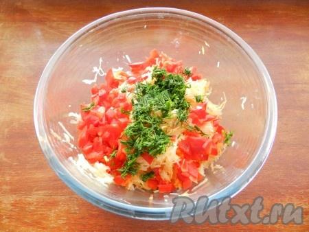 Добавить чеснок, пропущенный через пресс, мелко нарезанные лук, болгарский перец, зелень. Соль и перец добавить по вкусу.