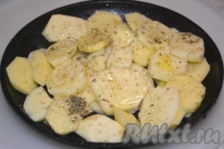 Для гарнира к говядине со сливками хорошо подойдет картофель. Нарезать его тонкими ломтиками и уложить на сковороде. Добавить соль, сушеную зелень, растительное масло. Перемешать и отправить в заранее нагретую до 200 градусов духовку.