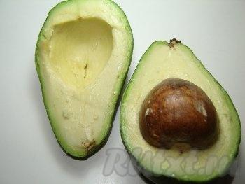 Разрезаем авокадо пополам